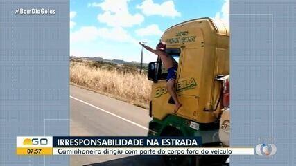 Caminhoneiro dirige com parte do corpo para fora do veículo; vídeo