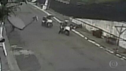 Bom Dia SP: imagens mostram momento em que jovem cai de moto ao ser abordado por policiais