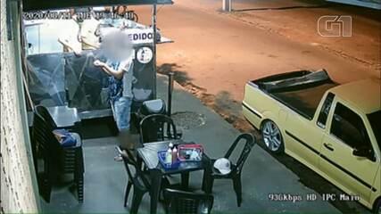 Câmera flagra cliente arrancando cabelo e colocando em lanche antes de reclamar a vendedor
