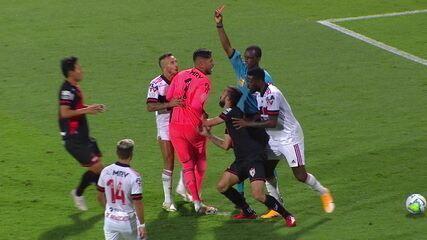 Diego Alves deixa a mão no rosto de Matheus Vargas e é expulso, aos 37 anos do 2º semestre
