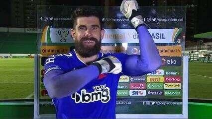 Herói da partida, Fernando Miguel comemora classificação do Vasco