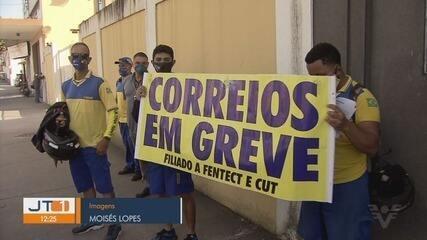 Funcionários dos Correios fazem protesto em Santos