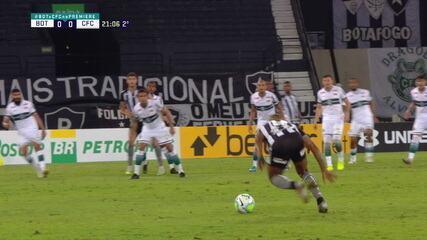 Guilherme Santos escorrega e tenta estranho chute aos 21 do segundo tempo