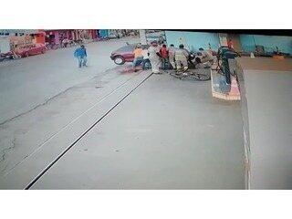 Homens correm para retirar menina que ficou embaixo de carro