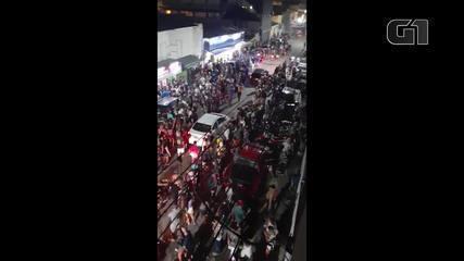 Festa de rua tem aglomeração de pessoas sem máscara em Ubatuba