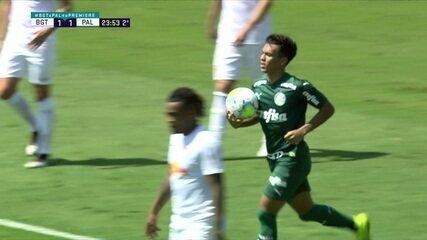 Gabriel Menino cruza e Gabriel Veron cabeceia para empatar o jogo do Palmeiras contra o Bragantino