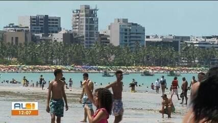 Movimento na praia da Pajuçara, em Maceió, é intenso no feriado do Dia da Independência