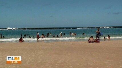 Praia do Francês, em Marechal Deodoro, registra movimentação grande no feriado