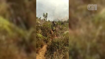 Jovens ficam presos na mata durante incêndio na Pedra Riscada, em Nova Friburgo, no RJ