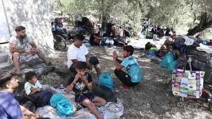 Milhares de imigrantes dormem nas ruas da ilha de Lesbos depois de incêndio