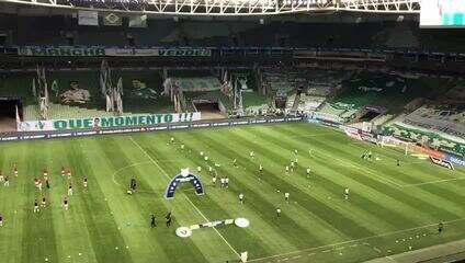 Jogadores do Palmeiras aquecem no gramado do Allianz Parque