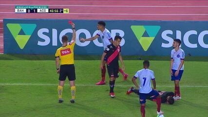 Juninho é expulso por bater com a mão no rosto de Matheus Vargas, do Atlético-Go, aos 46' do 2° tempo