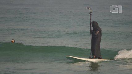 'Morte' surfa em Maresias em campanha para conscientizar banhistas (Crédito: Reprodução/ Tirando Onda Surfvlogs)