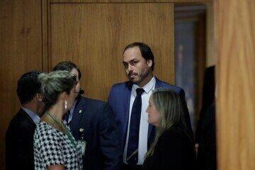 PF intima Carlos e Eduardo Bolsonaro no inquérito que investiga atos antidemocráticos
