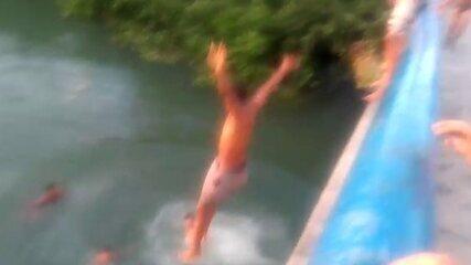 Vídeo mostra jovens pulando de ponte antes de adolescente desaparecer em rio
