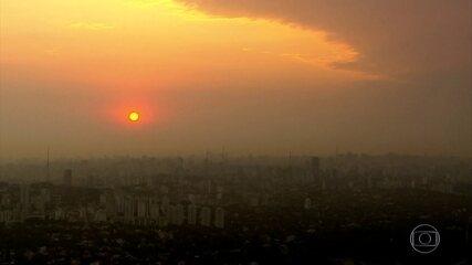 SP amanhece com céu alaranjado e meteorologistas dizem que é fumaça de queimadas