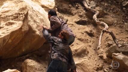 Cassiano e Duque são perseguidos por capangas de Dom Rafael