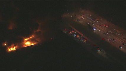 Bombeiros tentam apagar fogo em galpões em Cotia, SP