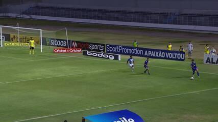 Pedro Lucas recebe na frente do gol, chuta e a bola explode na trave, aos 33 min do 2T