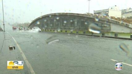 Chuva deixa pistas da Armando Lombardi com bolsões d'água