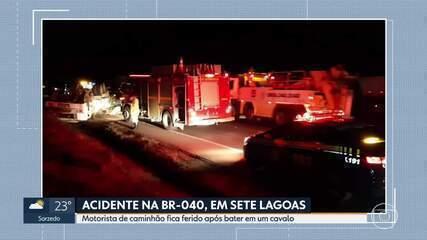 Caminhão bate em cavalo, tomba e motorista fica ferido na BR-040, em Sete Lagoas