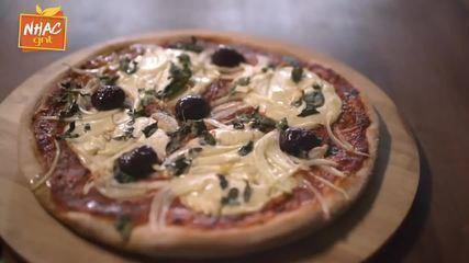 Pizza caseira com queijo vegano