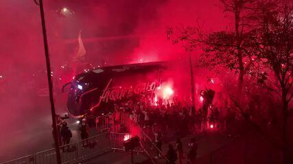 """Com aglomeração e sinalizadores, torcida do Atlético-MG promove """"Rua de Fogo"""" no Mineirão"""