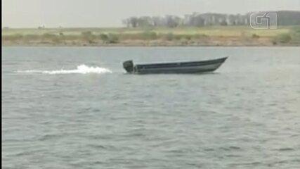 Bombeiros de Araçatuba procuram por dono de barco visto navegando vazio no Rio Tietê