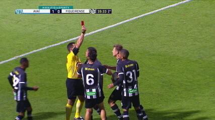 Expulso! Descontrolado, Alemão toma segundo amarelo por reclamação e parte para cima do árbitro, aos 39 do 2º tempo