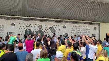 Bolsonaro em passagem pelo aeroporto de Campina Grande antes de visita a Pernambuco