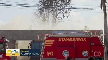 Madeireira pega fogo e chamas atingem casa vizinha, no Recife