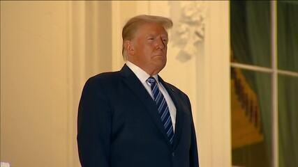 Com Covid, Trump tira a máscara ao chegar à Casa Branca