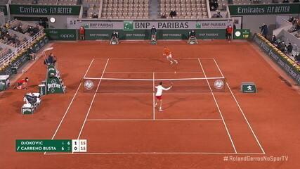 Djokovic vence um belo rally no segundo game do terceiro set. 30/15