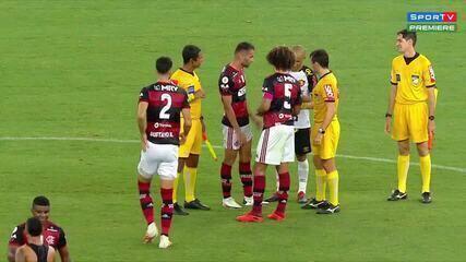 Thiago Maia aplica um cartão vermelho para Patric, após a partida