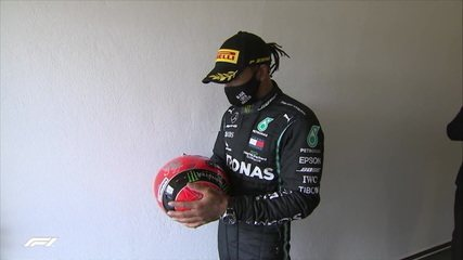Lewis Hamilton leva capacete de Shumacher ao pódio no GP de Eifel