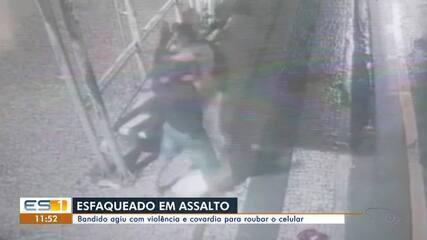 Balconista foi esfaqueado em ponto de ônibus durante assalto em Vitória