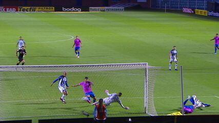Gol do Avaí! Getúlio recebe ótima bola na área e desloca o goleiro para marcar, aos 38' do 1T