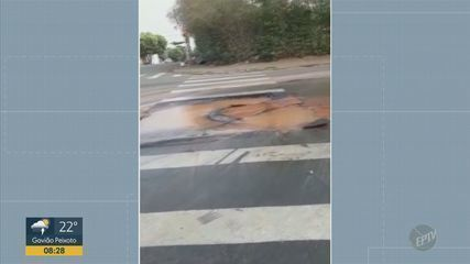 Morador de Santa Bárbara D'Oeste registra vazamento de água em buraco de rua