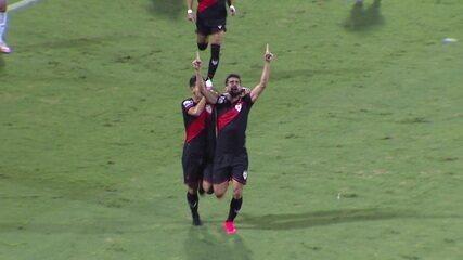 Gol do Atlético-GO! Após cruzamento da direita, Zé Roberto finaliza de peito e abre o placar, aos 45 do 1º tempo