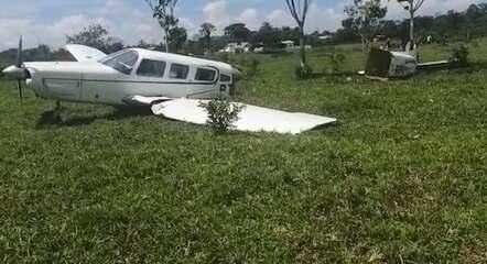 Avião bate em vaca durante decolagem e parte ao meio; piloto e passageiros sobrevivem