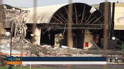 Ala de shopping destruída em incêndio começa a ser demolida, em Maringá