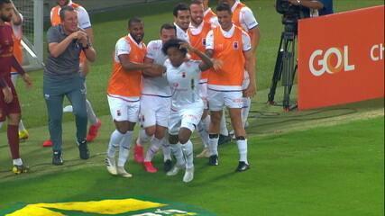 Gol do Paraná! Guilherme Biteco aproveita o cruzamento de Thiago Alves para emendar um belo voleio, aos 20 do 2ºT