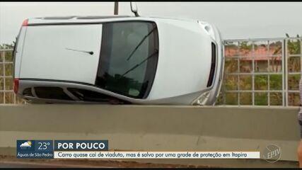 Carro fica pendurado entre grade e guard rail de viaduto em Itapira
