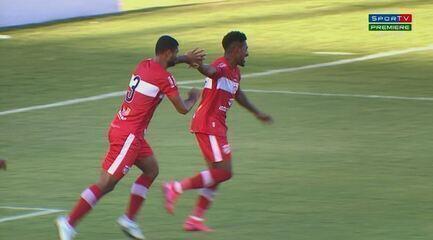 Gol do CRB! Contra a Ponte, Igor Cariús cruza rasteiro e Pablo Dyego empurra para a rede, aos 23' do 1º