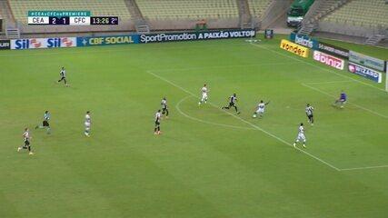 Robson sai na cara do gol e bate rasteiro, mas Prass defende com o pé, aos 13' do 2º Tempo