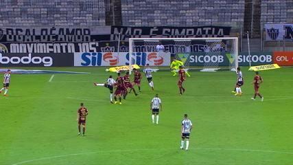 Atlético-MG chega com perigo duas vezes, mas para em grande momento de Luan Poli, aos 42' do 1T