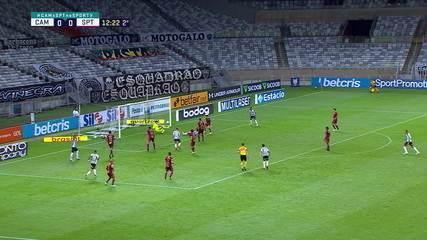 Luan Poli faz mais duas grandes defesas e novamente para o ataque do Atlético, aos 12' do 2T