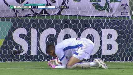 Matheus Mendes! Paulinho Moccelin invade a área e limpa marcação, mas goleiro sai muito bem e defende o chute, aos 30 do 2º tempo