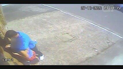 Vídeo mostra criminoso agindo como se conhecesse a vítima para disfarçar que cometia assalto