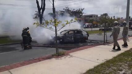 Pessoa morre após carro pegar fogo em Vitória